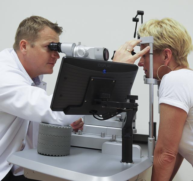 Rafał Paczała wykonuje leczenie plamki żółtej Laserem 2RT
